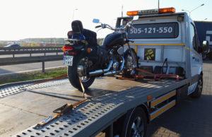 mocowanie motocykla na lawecie